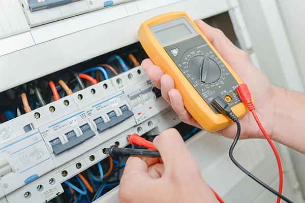 contrôle panneau électrique pendant la rénovation d'une maison
