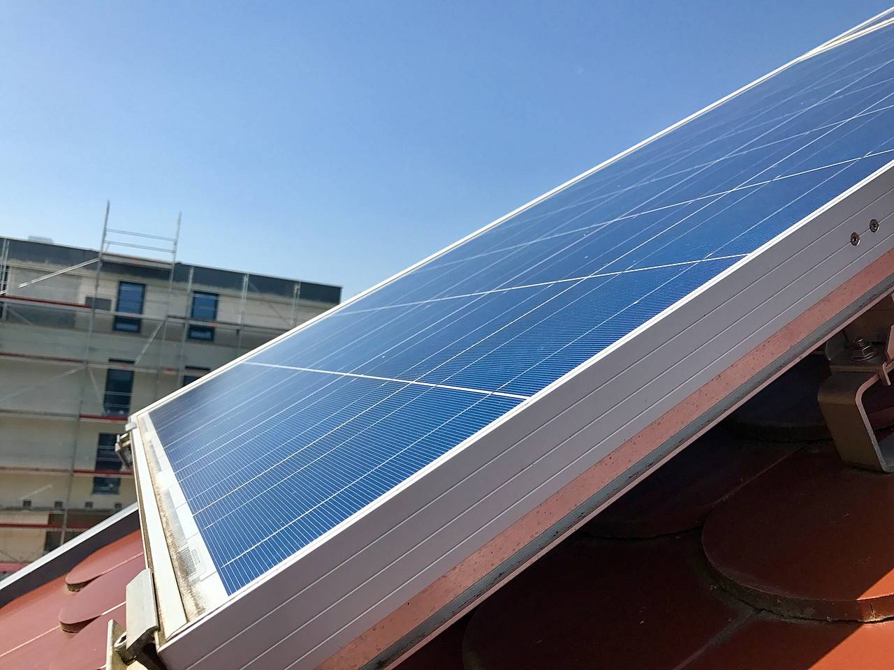 Comment l'énergie solaire est-elle transformée en électricité, en chauffage ou en eau chaude?
